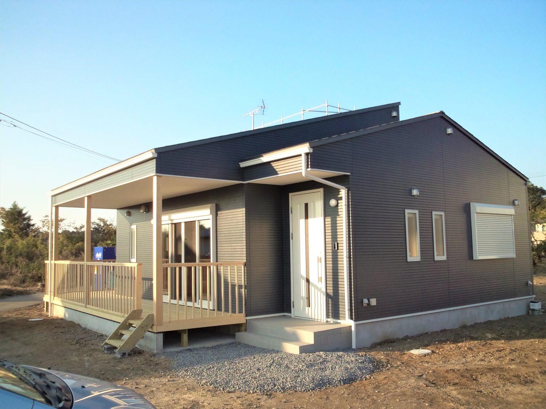 ウッドデッキとロフトのある平屋の玄関|水戸市の注文住宅,ログハウスのような低価格住宅を建てるならエイ・ワン