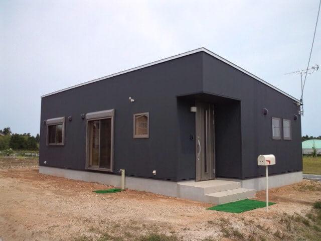 黒色サイディングの平屋の外観|大山町の注文住宅,ログハウスのような低価格住宅を建てるならエイ・ワン
