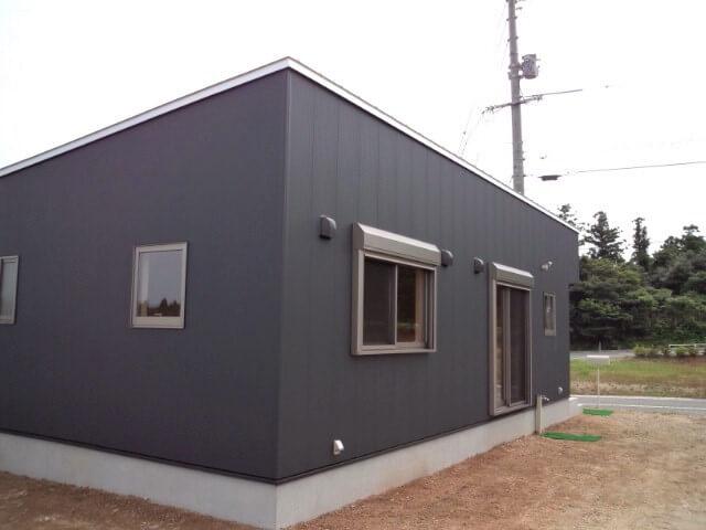 黒色サイディングの平屋の外観裏|大山町の注文住宅,ログハウスのような低価格住宅を建てるならエイ・ワン