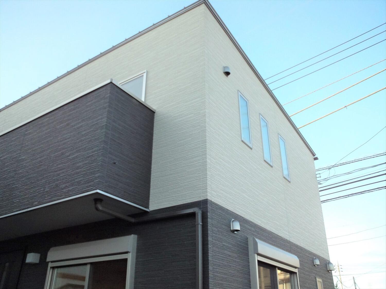ホワイトとブラックカラーの二階建ての窓 水戸市の注文住宅,ログハウスのような低価格住宅を建てるならエイ・ワン