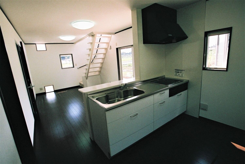 モノクロ二階建てのキッチン|鉾田市の注文住宅,ログハウスのような低価格住宅を建てるならエイ・ワン