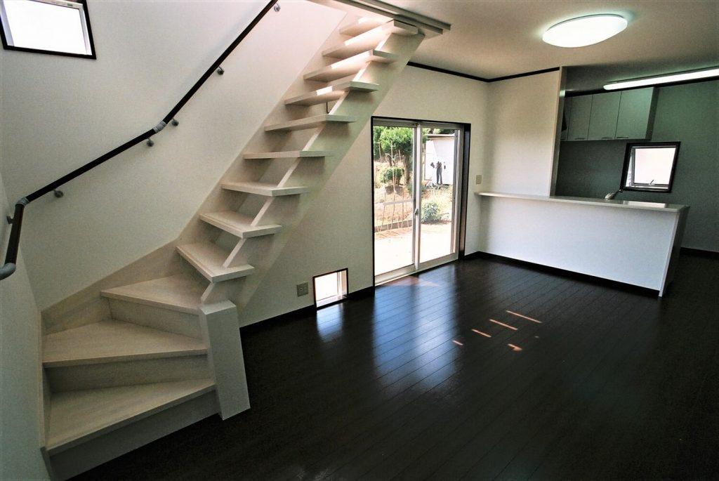 モノクロ二階建ての階段|鉾田市の注文住宅,ログハウスのような低価格住宅を建てるならエイ・ワン