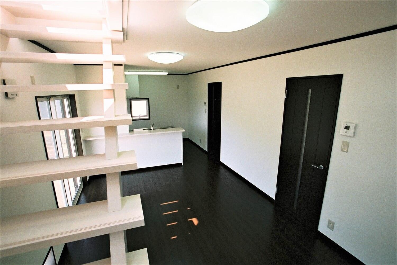モノクロ二階建てのリビング|鉾田市の注文住宅,ログハウスのような低価格住宅を建てるならエイ・ワン