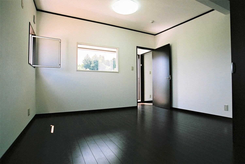 モノクロ二階建ての居室|鉾田市の注文住宅,ログハウスのような低価格住宅を建てるならエイ・ワン