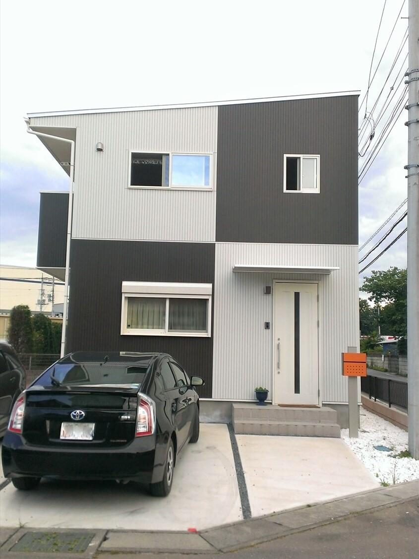 モノクロ外観の二階建ての玄関|小美玉市の注文住宅,ログハウスのような低価格住宅を建てるならエイ・ワン