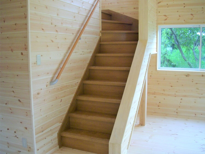 バルコニー付き二階建ての階段|小美玉市の注文住宅,ログハウスのような低価格住宅を建てるならエイ・ワン