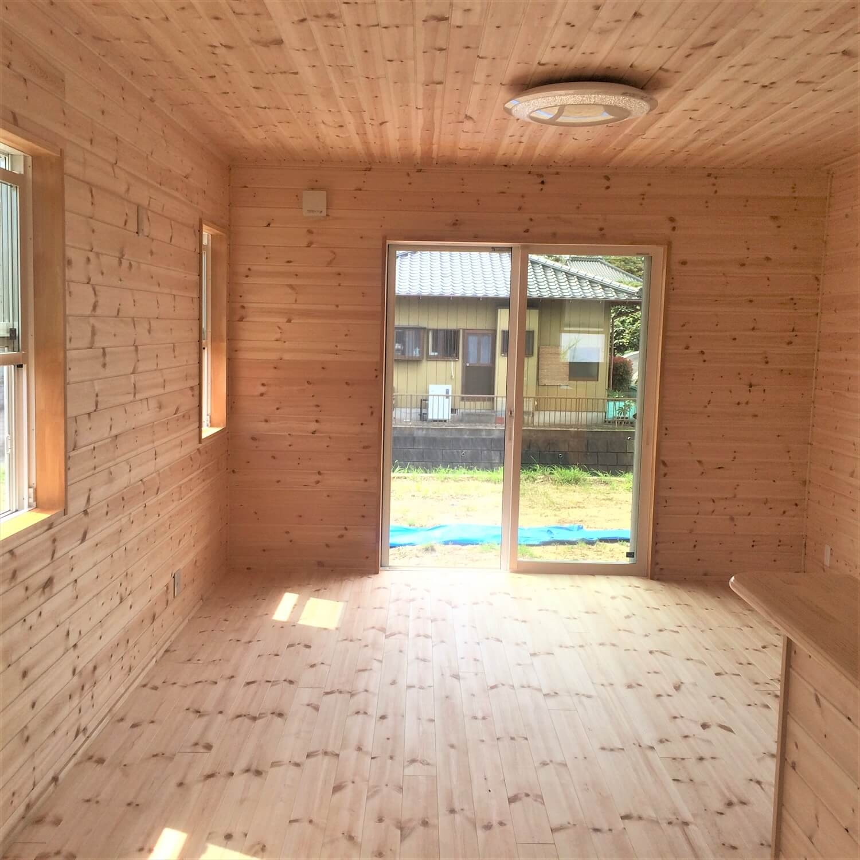 無垢材に包まれた二階建てのリビング2|行方市の注文住宅,ログハウスのような低価格住宅を建てるならエイ・ワン