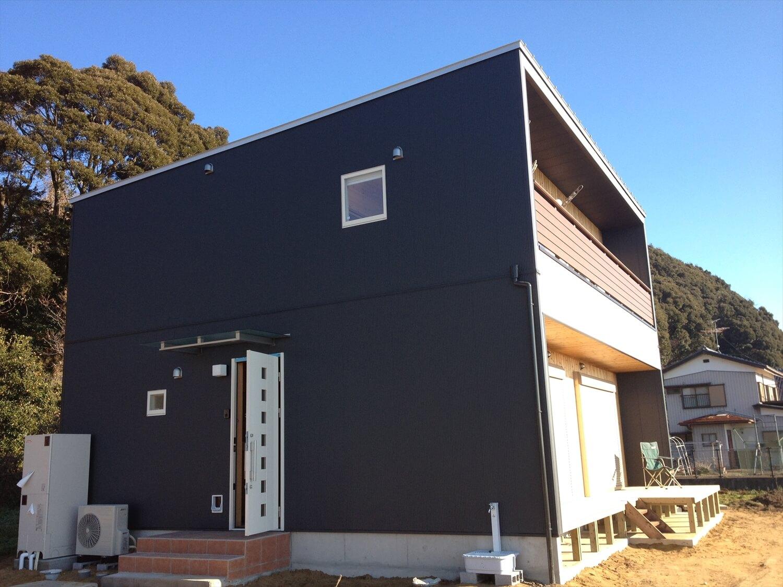木製サイディングの二階建ての玄関|土浦市の注文住宅,ログハウスのような低価格住宅を建てるならエイ・ワン