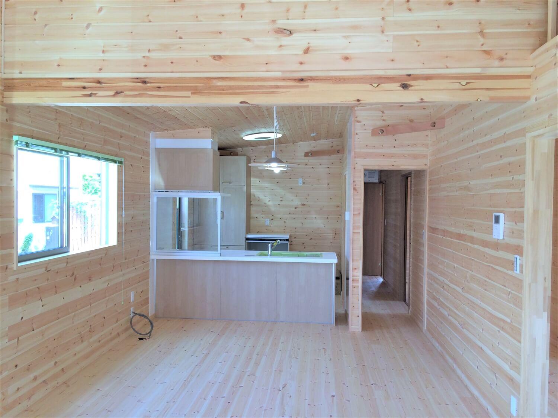 ロフト付き平屋のリビング|壬生町の注文住宅,ログハウスのような低価格住宅を建てるならエイ・ワン
