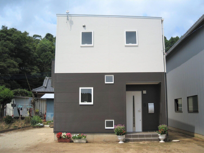 モノクロ二階建ての外観横|鉾田市の注文住宅,ログハウスのような低価格住宅を建てるならエイ・ワン