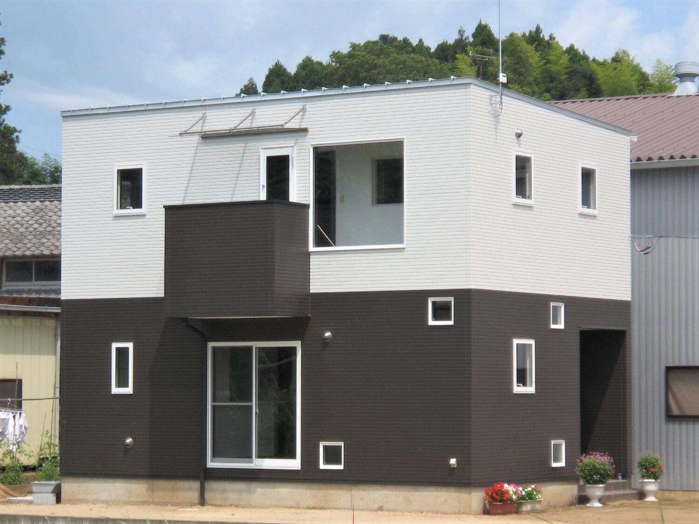 モノクロ二階建ての外観|鉾田市の注文住宅,ログハウスのような低価格住宅を建てるならエイ・ワン