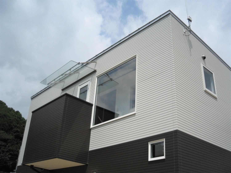 モノクロ二階建てのベランダ|鉾田市の注文住宅,ログハウスのような低価格住宅を建てるならエイ・ワン