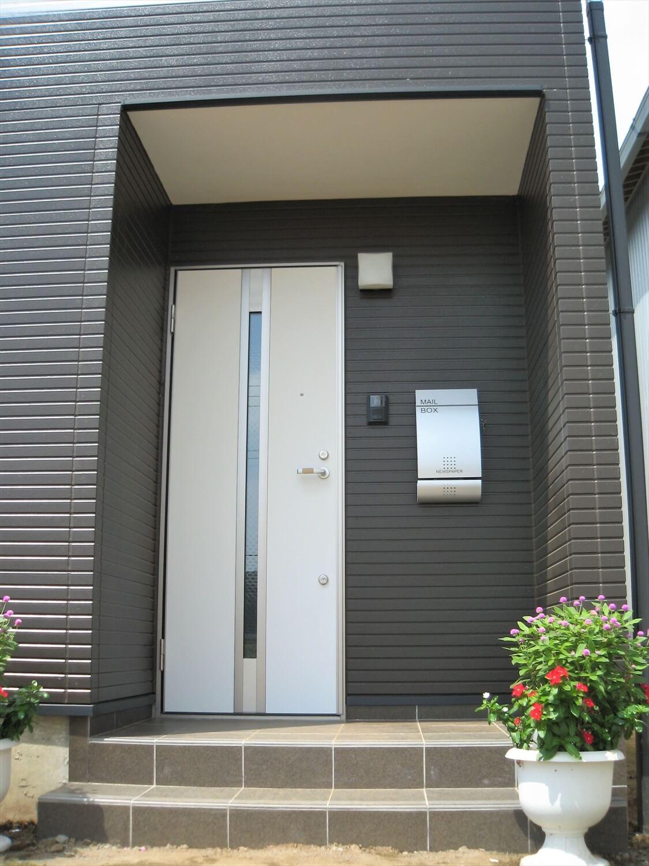 モノクロ二階建ての玄関|鉾田市の注文住宅,ログハウスのような低価格住宅を建てるならエイ・ワン