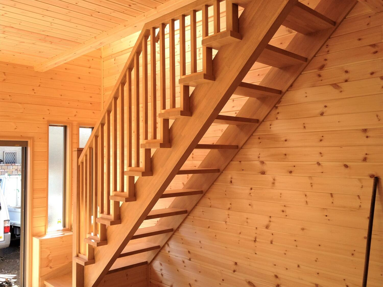 完全分離型の二世帯住宅の階段|さいたま市の注文住宅,ログハウスのような低価格住宅を建てるならエイ・ワン