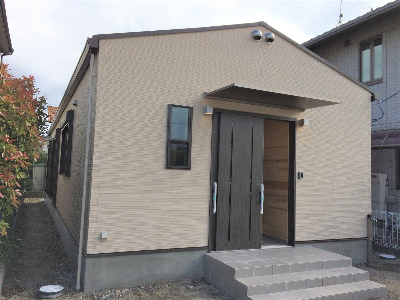 切妻屋根の平屋の外観|湖南市の注文住宅,ログハウスのような低価格住宅を建てるならエイ・ワン