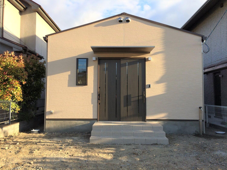 切妻屋根の平屋の外観正面|湖南市の注文住宅,ログハウスのような低価格住宅を建てるならエイ・ワン