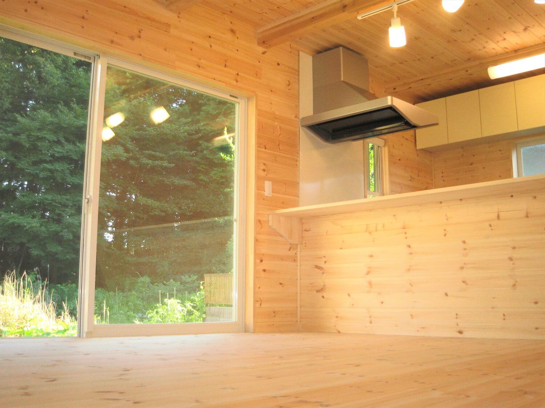 キューブ型の二階建てのリビング|笠間市の注文住宅,ログハウスのような低価格住宅を建てるならエイ・ワン