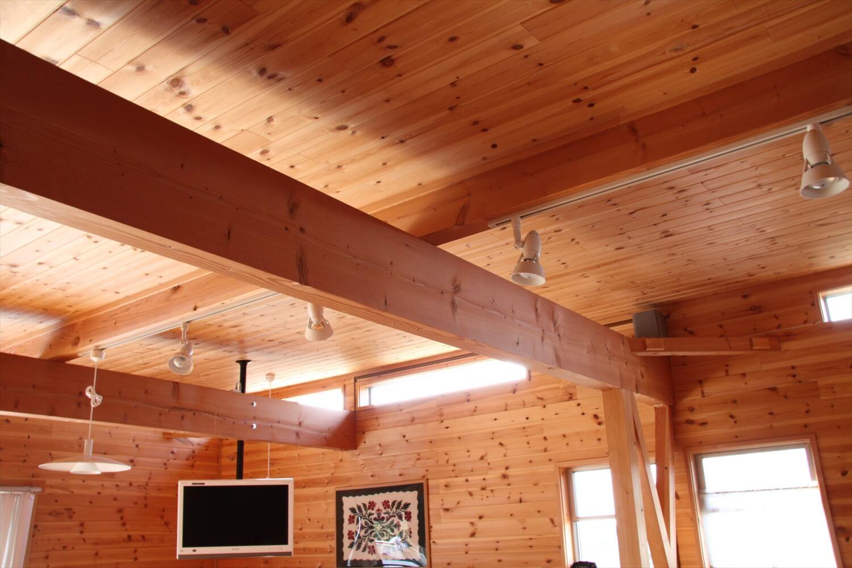梁に取り付けられたダクトレールの照明