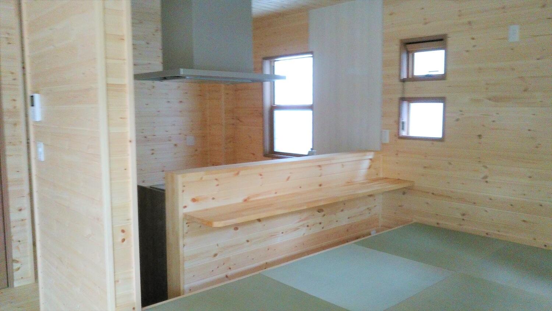 ログハウス風の二階建てのカウンターテーブル|土浦市の注文住宅,ログハウスのような低価格住宅を建てるならエイ・ワン
