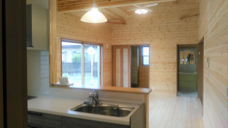 ログハウス風の平屋のキッチン|邑楽町の注文住宅,ログハウスのような低価格住宅を建てるならエイ・ワン