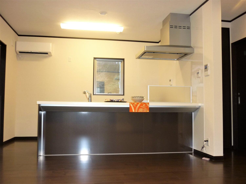 シックな建具が印象的な二階建てのキッチン|鹿嶋市の注文住宅,ログハウスのような低価格住宅を建てるならエイ・ワン
