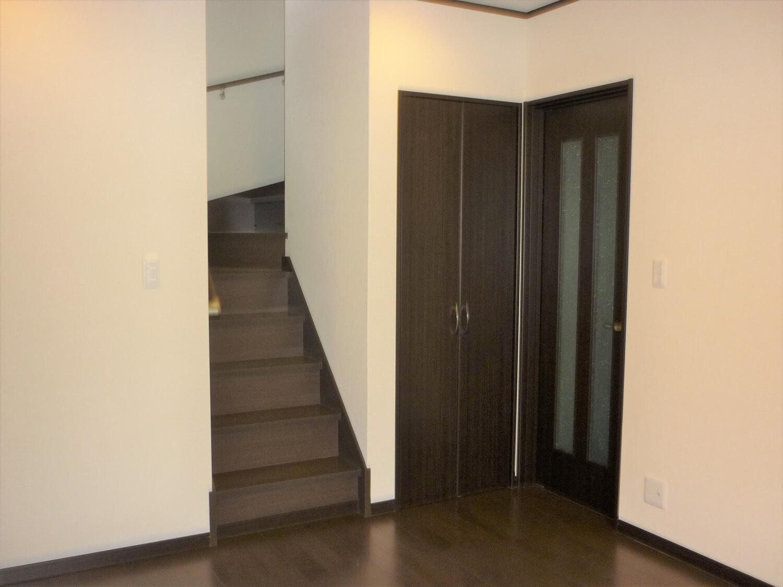 シックな建具が印象的な二階建ての階段|鹿嶋市の注文住宅,ログハウスのような低価格住宅を建てるならエイ・ワン