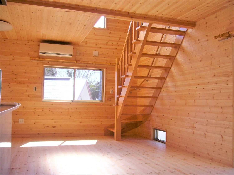 造作収納付き二階建てのリビング|水戸市の注文住宅,ログハウスのような低価格住宅を建てるならエイ・ワン
