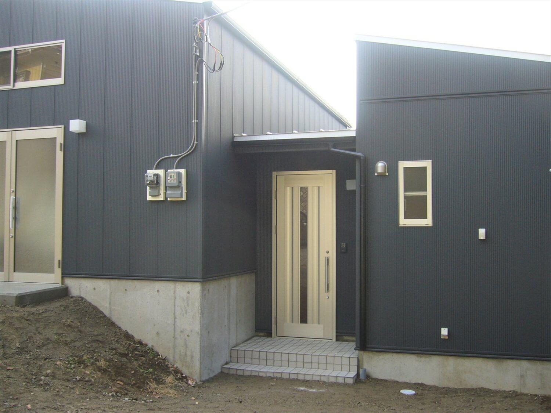 作業場のある平屋の玄関|石岡市の注文住宅,ログハウスのような低価格住宅を建てるならエイ・ワン