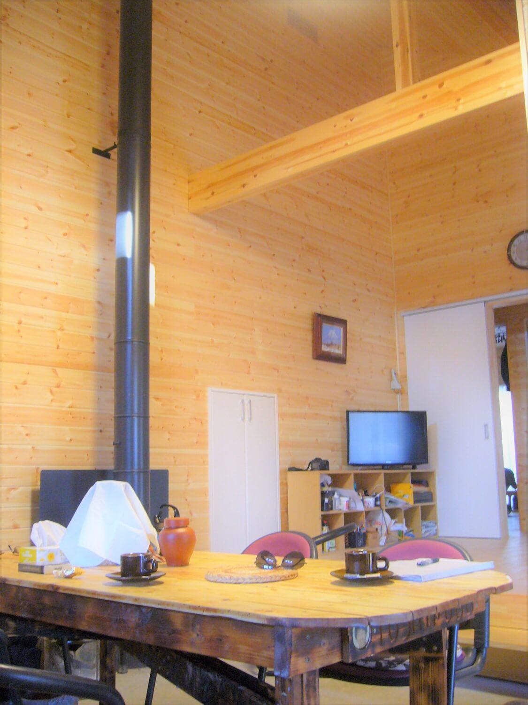 薪ストーブのある二階建てのリビング|勝浦市の注文住宅,ログハウスのような低価格住宅を建てるならエイ・ワン