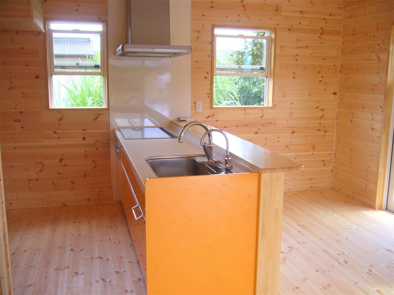 無垢材に包まれた二階建てのキッチン|行方市の注文住宅,ログハウスのような低価格住宅を建てるならエイ・ワン