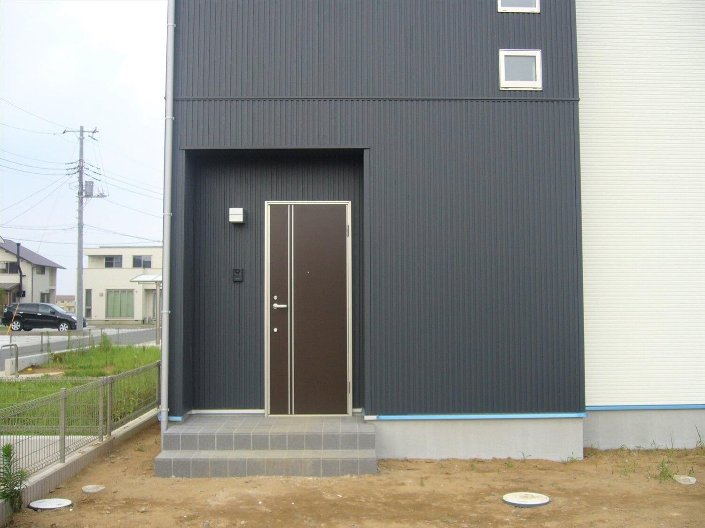 完全分離型の二世帯住宅の玄関|水戸市の注文住宅,ログハウスのような低価格住宅を建てるならエイ・ワン