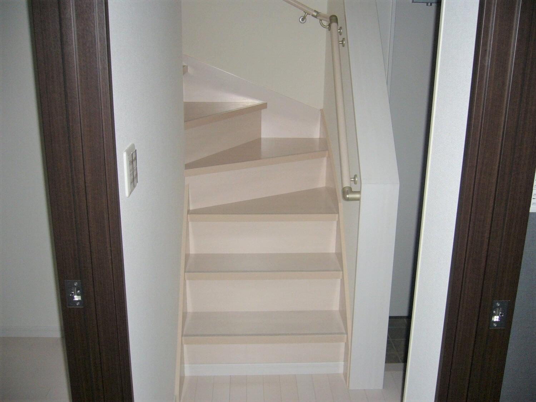 完全分離型の二世帯住宅の階段|水戸市の注文住宅,ログハウスのような低価格住宅を建てるならエイ・ワン