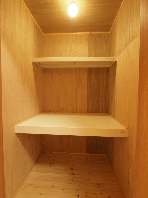 木目玄関の平屋の収納3|宇都宮市の注文住宅,ログハウスのような低価格住宅を建てるならエイ・ワン