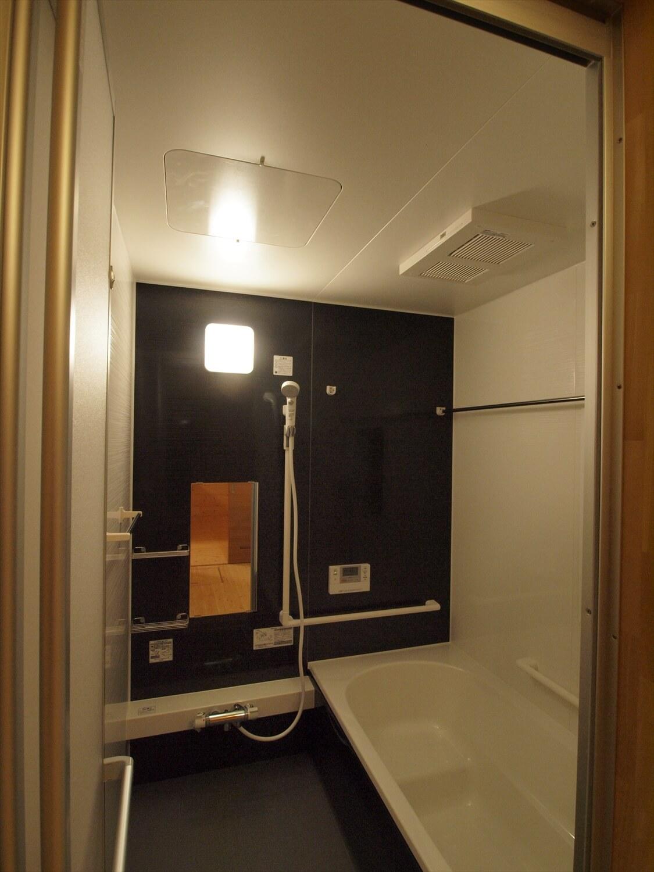 木目玄関の平屋のバスルーム|宇都宮市の注文住宅,ログハウスのような低価格住宅を建てるならエイ・ワン