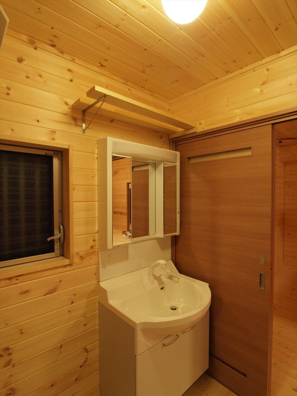 木目玄関の平屋の洗面台|宇都宮市の注文住宅,ログハウスのような低価格住宅を建てるならエイ・ワン