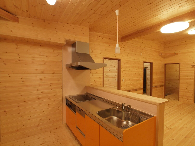 木目玄関の平屋のキッチン|宇都宮市の注文住宅,ログハウスのような低価格住宅を建てるならエイ・ワン