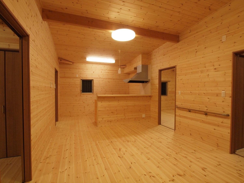 木目玄関の平屋のLDK|宇都宮市の注文住宅,ログハウスのような低価格住宅を建てるならエイ・ワン
