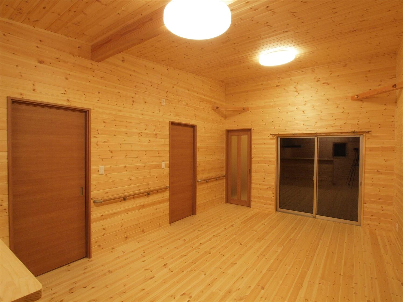 木目玄関の平屋のリビング|宇都宮市の注文住宅,ログハウスのような低価格住宅を建てるならエイ・ワン
