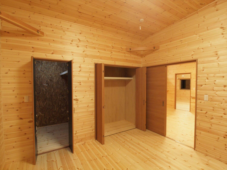 木目玄関の平屋の居室|宇都宮市の注文住宅,ログハウスのような低価格住宅を建てるならエイ・ワン