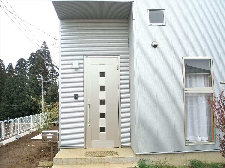 ホワイト外観の二階建ての玄関|八街市の注文住宅,ログハウスのような低価格住宅を建てるならエイ・ワン