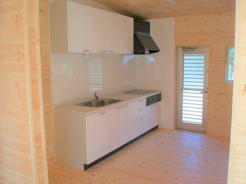 ホワイト外観の二階建てのキッチン|八街市の注文住宅,ログハウスのような低価格住宅を建てるならエイ・ワン