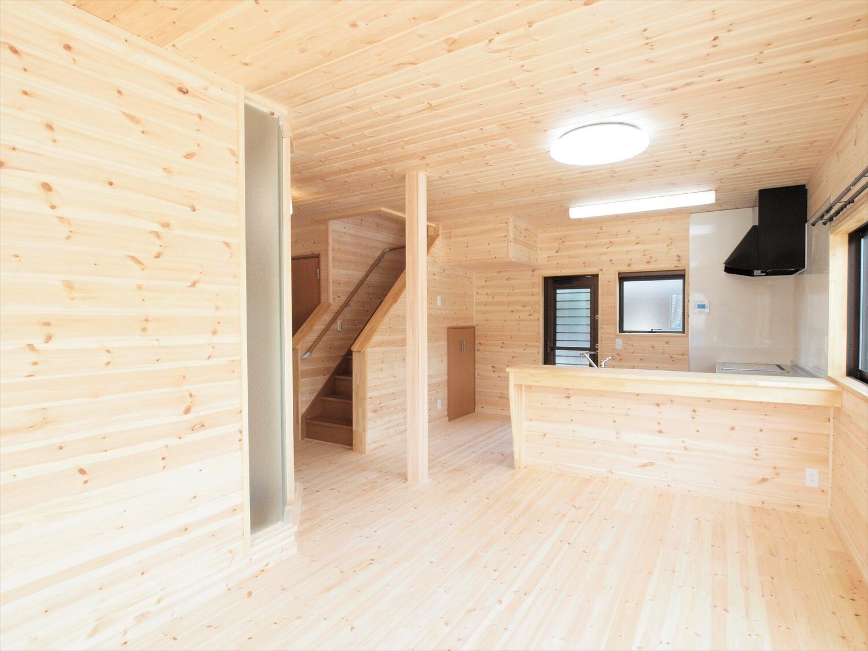 屋根の形が特徴的な二階建てのLDK|行方市の注文住宅,ログハウスのような低価格住宅を建てるならエイ・ワン