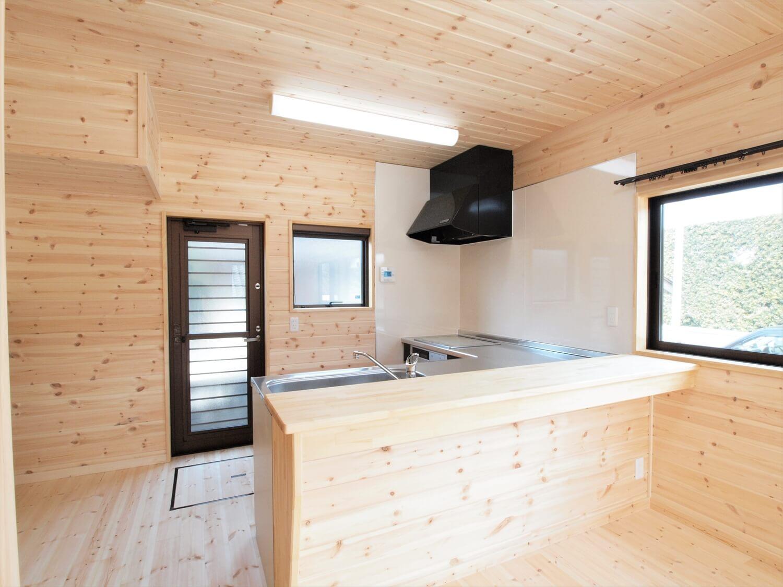 屋根の形が特徴的な二階建てのキッチンカウンター|行方市の注文住宅,ログハウスのような低価格住宅を建てるならエイ・ワン