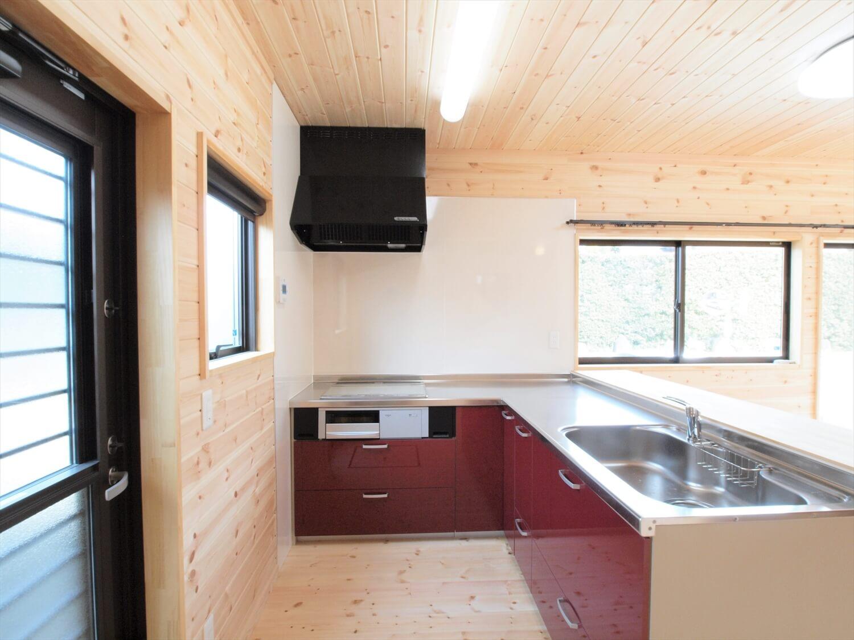 屋根の形が特徴的な二階建てのキッチン|行方市の注文住宅,ログハウスのような低価格住宅を建てるならエイ・ワン