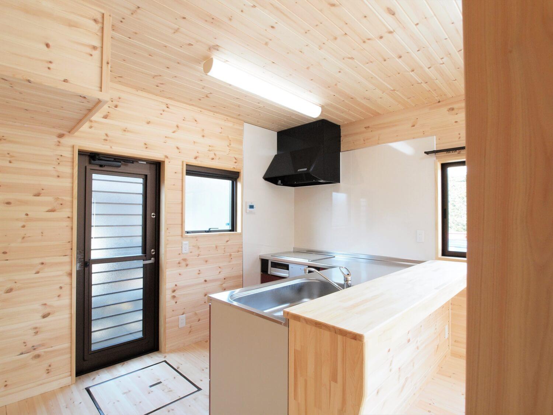 屋根の形が特徴的な二階建ての勝手口|行方市の注文住宅,ログハウスのような低価格住宅を建てるならエイ・ワン