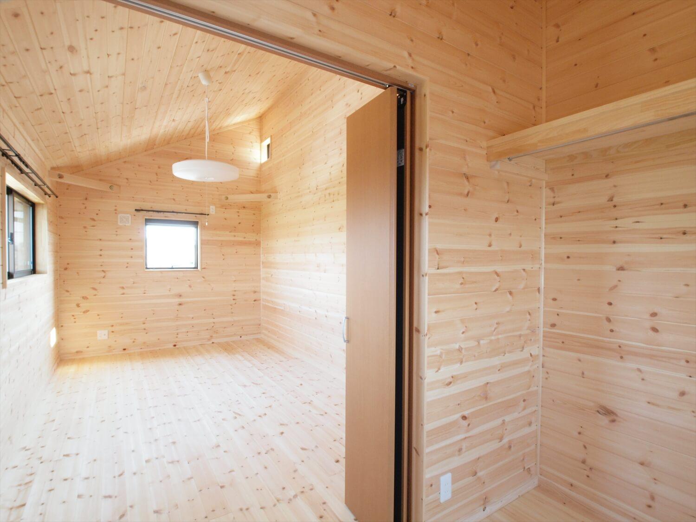 屋根の形が特徴的な二階建ての居室|行方市の注文住宅,ログハウスのような低価格住宅を建てるならエイ・ワン