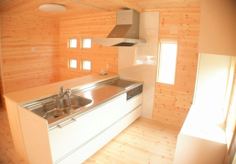 木の香りに包まれる二階建てのキッチン|東海村の注文住宅,ログハウスのような低価格住宅を建てるならエイ・ワン