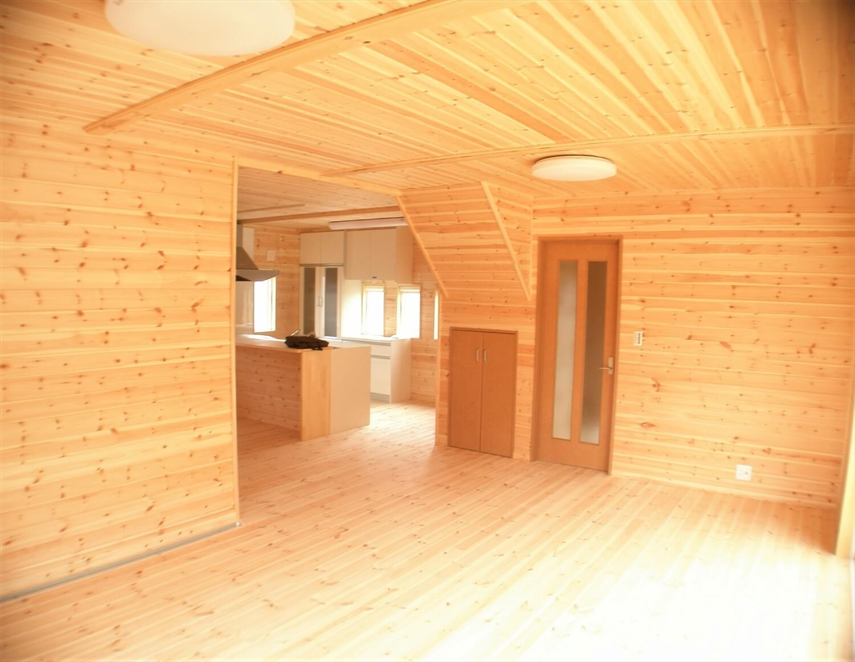 木の香りに包まれる二階建ての内装|東海村の注文住宅,ログハウスのような低価格住宅を建てるならエイ・ワン