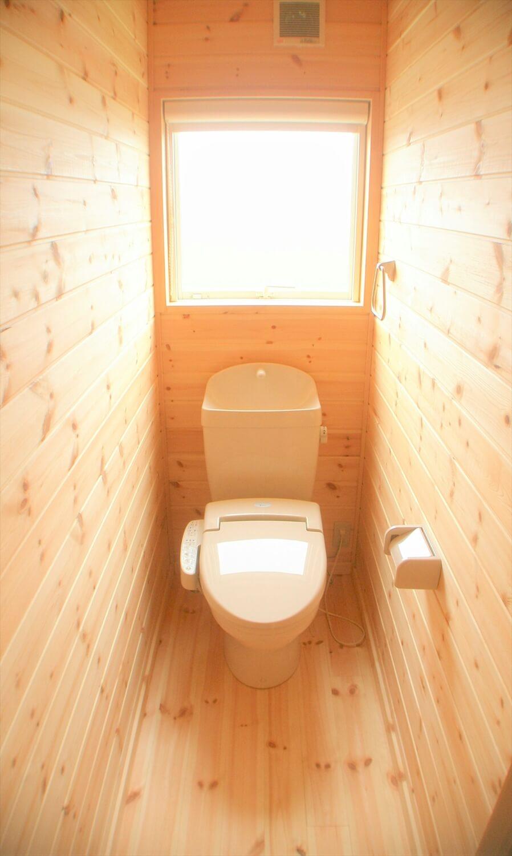 木の香りに包まれる二階建てのトイレ|東海村の注文住宅,ログハウスのような低価格住宅を建てるならエイ・ワン