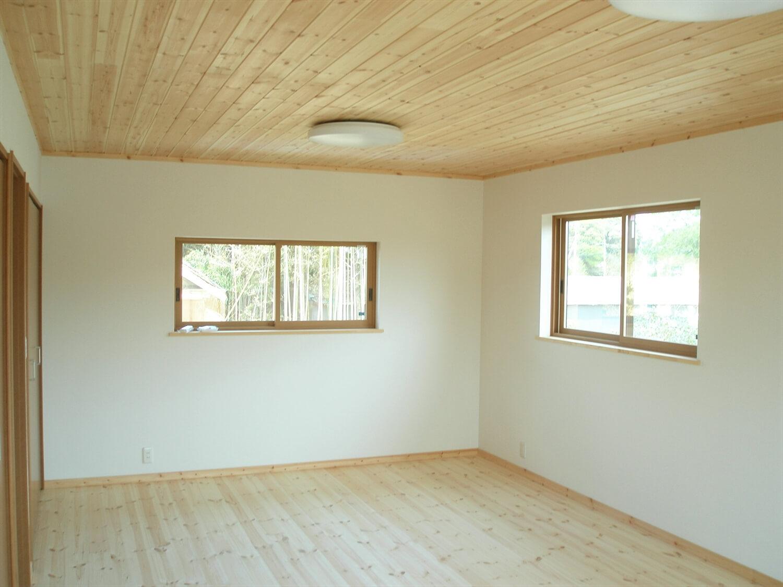和モダン二階建ての無垢材の天井と床|行方市の注文住宅,ログハウスのような低価格住宅を建てるならエイ・ワン